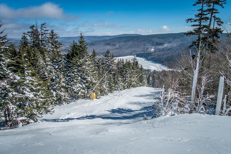 Resort de montaña con raquetas de nieve